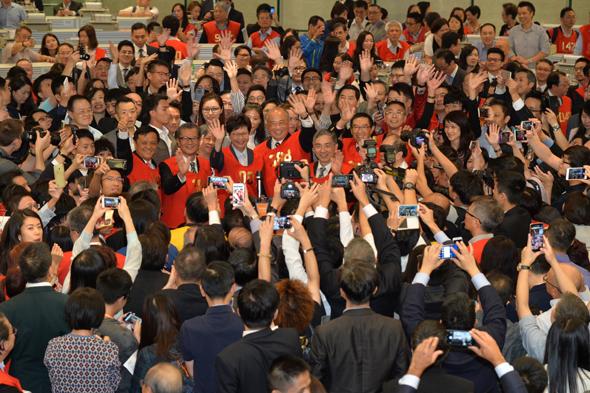 VIPs waving hands_s
